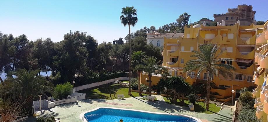 Apartamento en primera linea de mar con piscina y aire acondicionado.