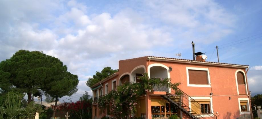Finca en Busot con 4 viviendas independientes.