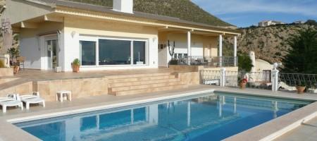 Villa con piscina y fantasticas vistas al mar.