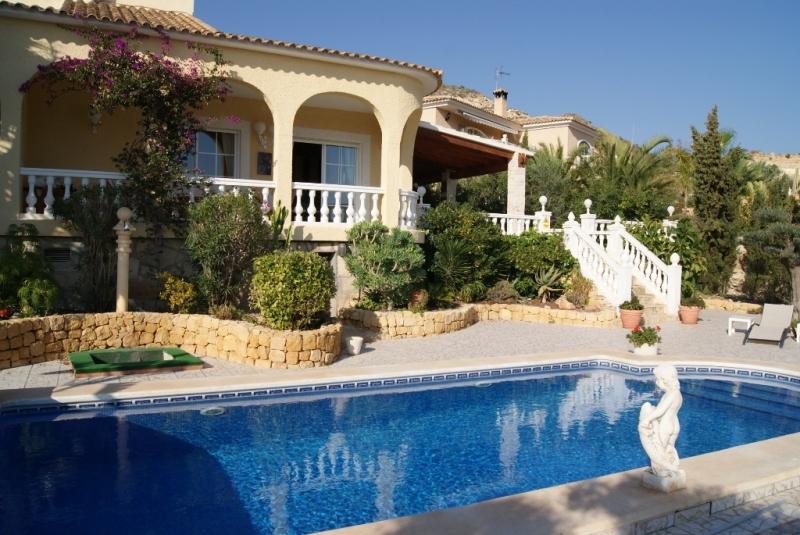 Chalet de lujo con piscina a 50 metros de la playa gest for Piscina 50 metros barcelona